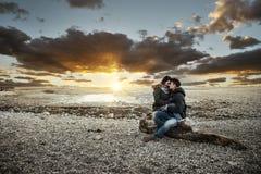Пары имея романтичную дату стоковая фотография