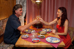 Пары имея романтичный обед Raclette. Стоковое фото RF