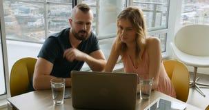 Пары используя компьтер-книжку в живущей комнате 4k сток-видео
