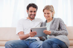Пары используя компьютер таблетки Стоковое Фото