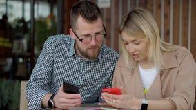 Пары используя смартфон снаружи акции видеоматериалы