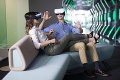 Пары используя шлемофон виртуальной реальности Стоковые Изображения