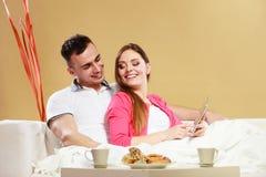 Пары используя интернет сети просматривать таблетки Стоковые Изображения