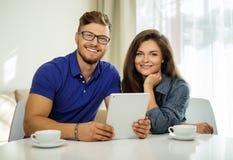 Пары используя ПК таблетки дома Стоковые Фото