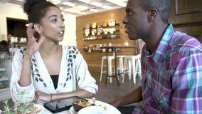 Пары используя таблетку цифров в ресторане Café видеоматериал