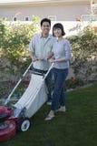 Пары используя травокосилку стоковое фото