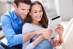 Пары используя цифровую таблетку Стоковое Изображение