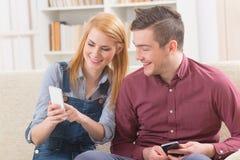 Пары используя smartphone Стоковые Изображения