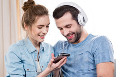 Пары используя smartphone Стоковые Изображения RF