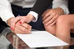 Пары или предприниматели подписывая крупный план контракта Стоковое Фото