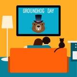 Пары и кот смотря телевидение Стоковая Фотография RF