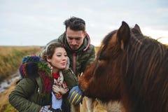 Пары и красная лошадь Стоковое фото RF