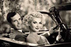 Пары и ретро автомобиль с откидным верхом Стоковое фото RF