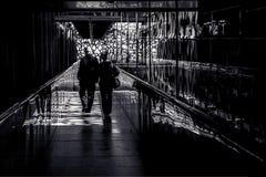 Пары идя вниз с сравненного коридора Стоковые Фото