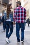 Пары идя вниз с улицы Стоковая Фотография
