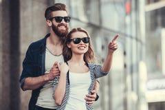 Пары идя в город Стоковые Фото