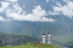 пары идя в горы Стоковое Изображение RF