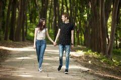 Пары идя в парк и смеяться над Стоковые Фотографии RF