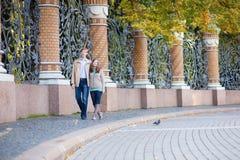 Пары идя в сад Mikhailovsky Санкт-Петербурга Стоковое Изображение RF