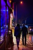Пары идя к ресторану на ноче стоковые фотографии rf