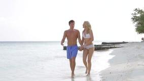 Пары идя на красивый пляж сток-видео