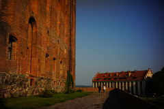 Пары идя около готического замка в Gniew Стоковые Фото