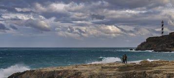 Пары идя около моря Стоковые Фото