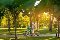 Пары идя с велосипедом стоковое фото