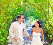 Пары как раз поженились счастливый ход в зеленом парке Стоковое Изображение RF