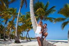 Пары каникул ослабляя на пляже совместно в влюбленности Стоковая Фотография