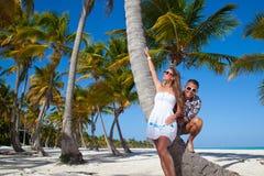Пары каникул ослабляя на пляже совместно в влюбленности Стоковые Изображения RF