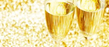 Пары каннелюр шампанского на сияющей предпосылке стоковое фото