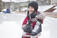 Пары катания на коньках имея потеху зимы на коньках льда Стоковое Изображение