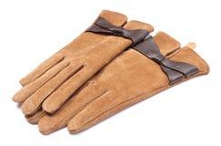 Пары кожаных перчаток замши для женщины. Белая предпосылка Стоковое фото RF