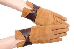 Пары кожаных перчаток замши для женщины Белая предпосылка Стоковая Фотография RF