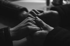 Пары конца-вверх держать любовников рук стоковые фото