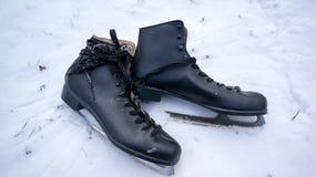 Пары коньков в снеге стоковые фотографии rf