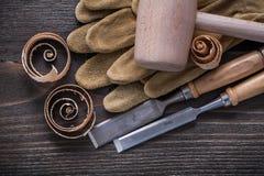 Пары коричневого молотка более твердых зубил кожаных перчаток деревянного и sh Стоковые Фото
