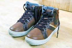 Пары коричневых тапок с шнурками Стоковое Фото