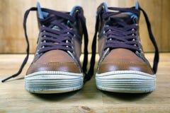 Пары коричневых тапок с шнурками Стоковая Фотография