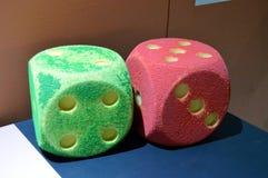Пары кости, который нужно сыграть в зеленой и красной Стоковые Фотографии RF