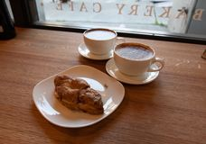 Пары кофейных чашек и круассана стоковые фотографии rf