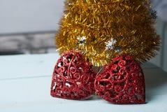 Пары красных декоративных сердец на деревянной предпосылке, Стоковое Фото