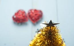 Пары красных декоративных сердец на деревянной предпосылке, Стоковая Фотография RF