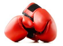 Пары красных кожаных перчаток бокса изолированных на белизне Стоковое фото RF