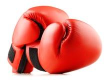 Пары красных кожаных перчаток бокса изолированных на белизне Стоковые Изображения RF