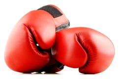 Пары красных кожаных перчаток бокса изолированных на белизне Стоковая Фотография