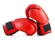 Пары красных кожаных перчаток бокса на белизне Стоковое фото RF