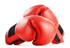 Пары красных кожаных перчаток бокса на белизне Стоковые Фото