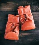 Пары красных кожаных перчаток для класть в коробку Стоковые Изображения